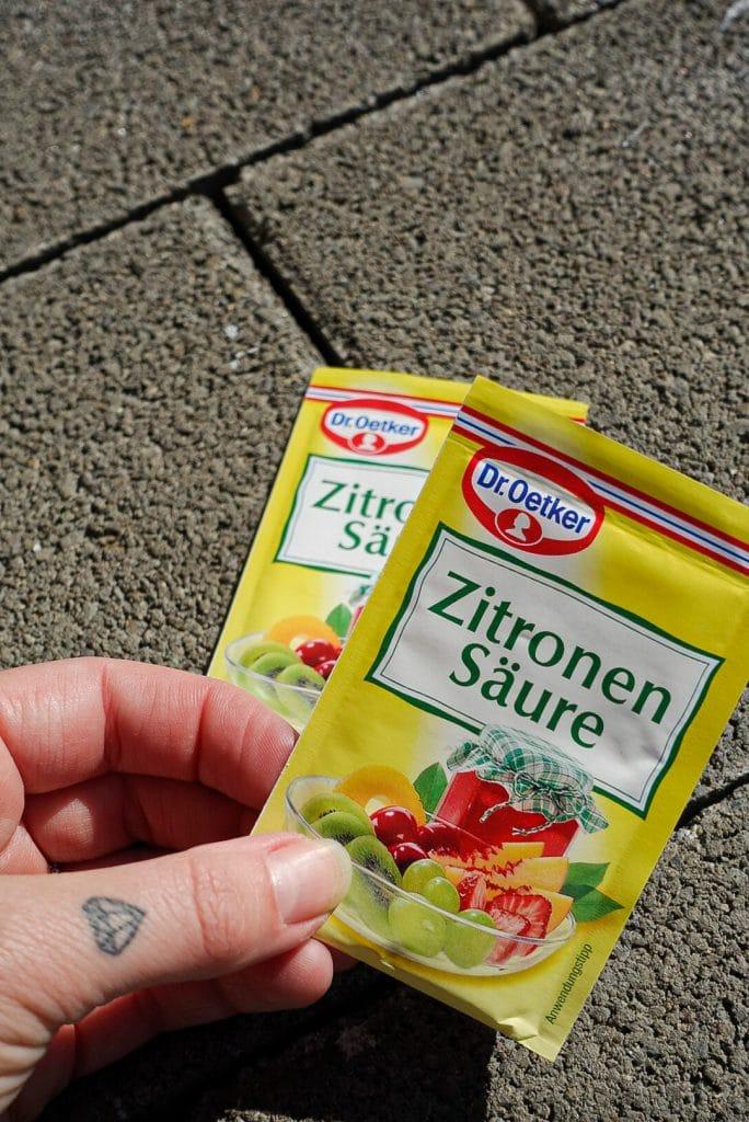 Rezept-Zubereitung-Holunderblütensekt-selbst-gemacht-Rezept-Anleitung-Holunderblüten-Sommergetränk-sekt-diesemary-stuttgart-münchen-hamburg-düsseldorf-Köln-Zitronensäure